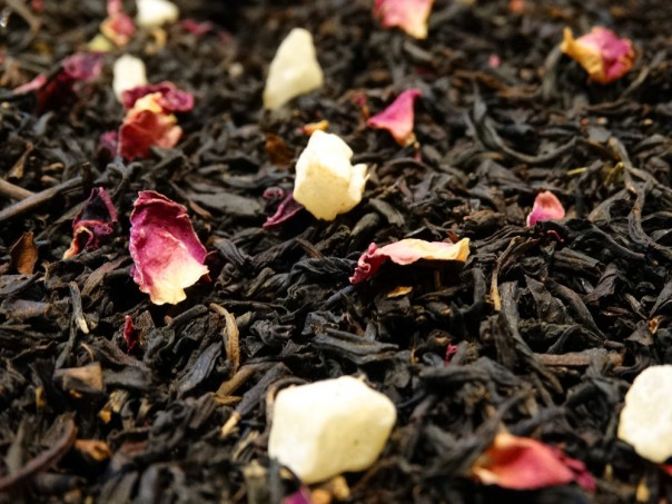 Flavoured black tea, vine peach, rose petals
