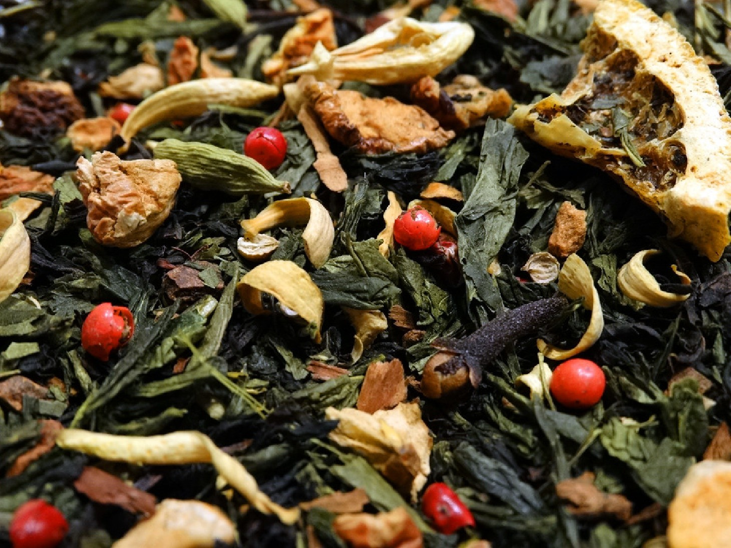 Black and green tea, bergamot, citrus fruits, spices, apple, berries