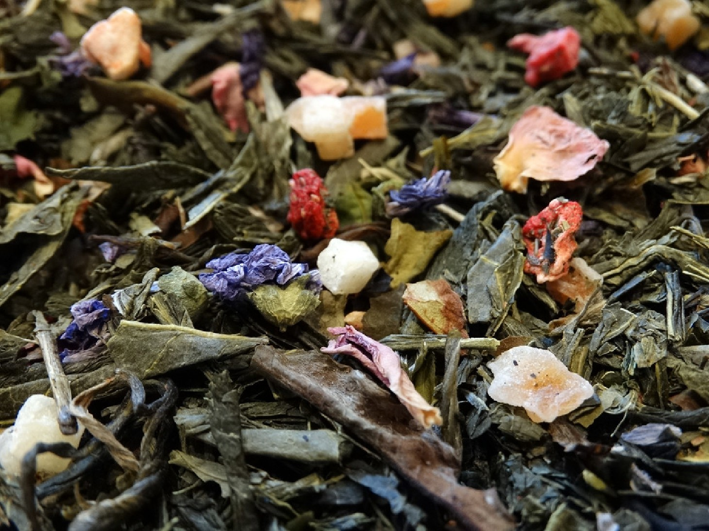 Green & White tea, papaya, lemon, raspberry, pineapple, strawberry & petals