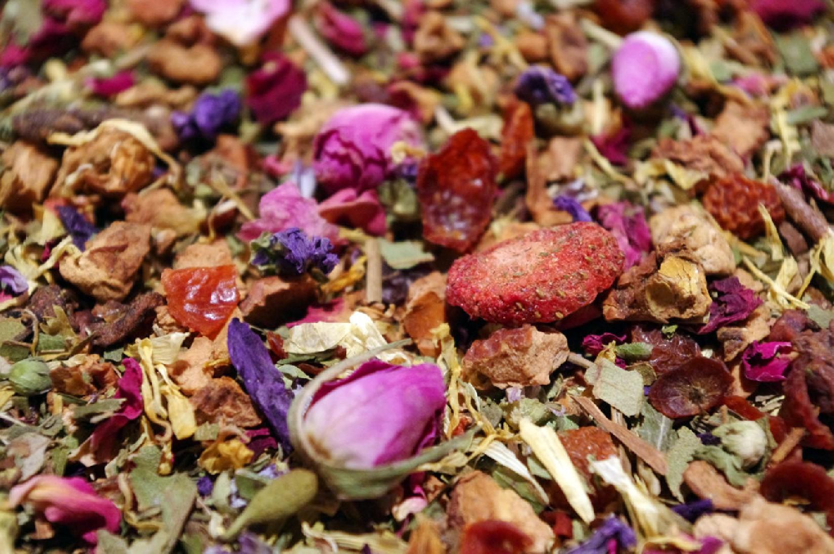 infusion de plantes et fruits sans théine à boire le soir mélange aloha fraise pomme menthe rose par Tea & cie boutique de thé