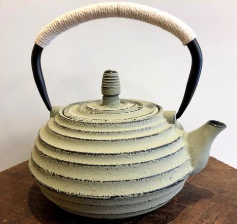 Théière en fonte 0,8 litre couleur taupe Tea & Cie fin de série
