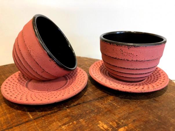 tasse et sous tasse en fonte couleur ocre rouge fin de série Tea & Cie