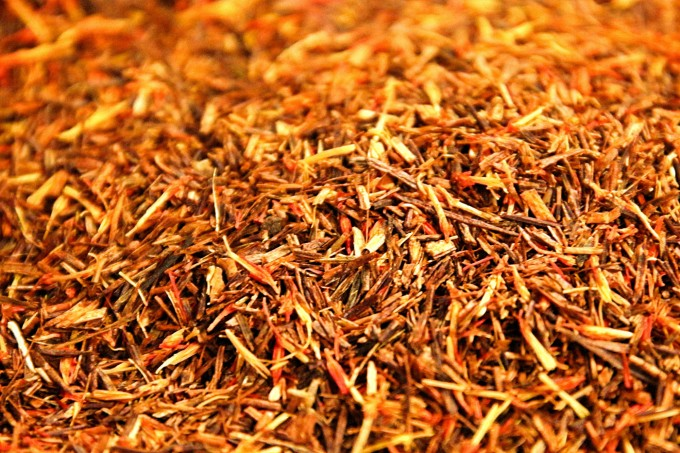 A lightning red rooibos with a natural aroma of blood orange and safflower petals.