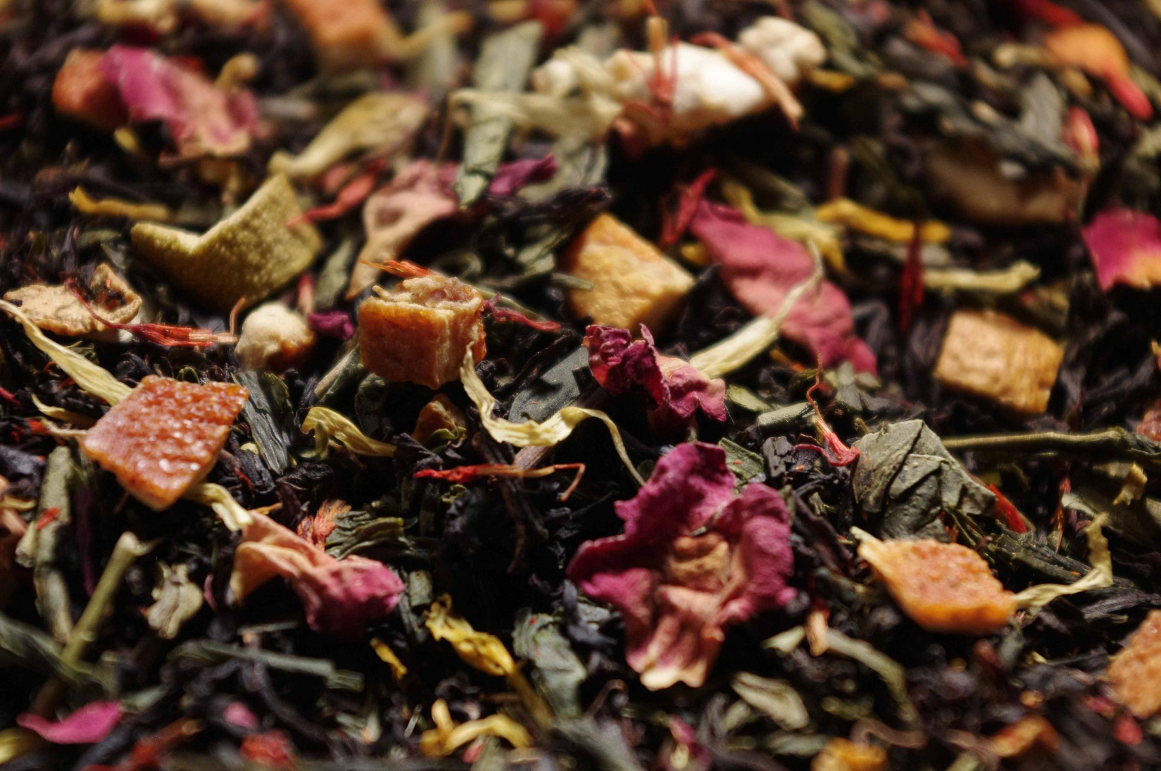 Green and black tea, exotic and red fruits, bitter almond aroma